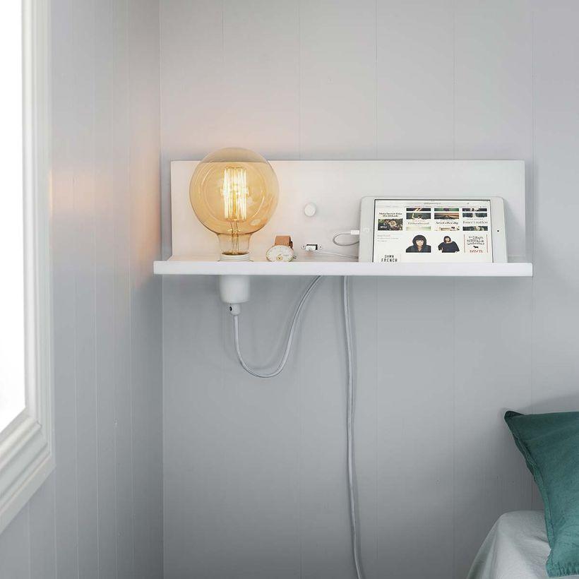 Applique murale en métal blanc avec étagère et port USB intégré Multi