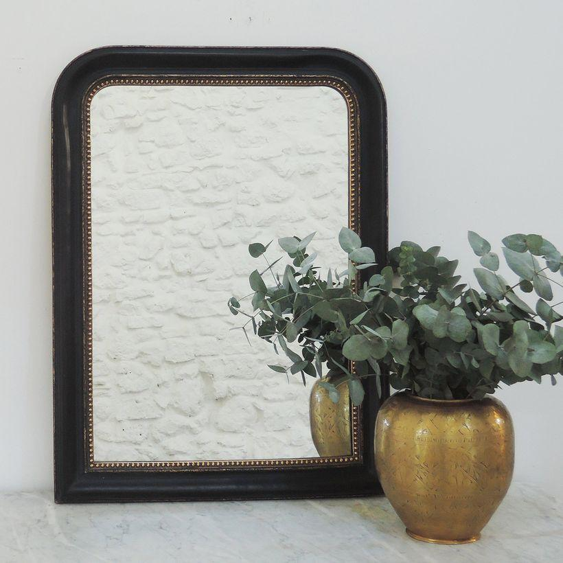 Miroir trumeau mouluré frise perles finition noire mate et patine dorée