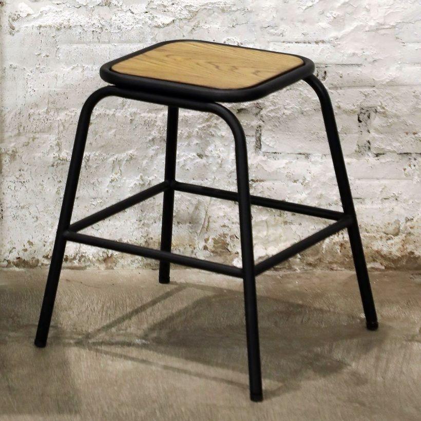 Tabouret style écolier en métal noir mat et bois
