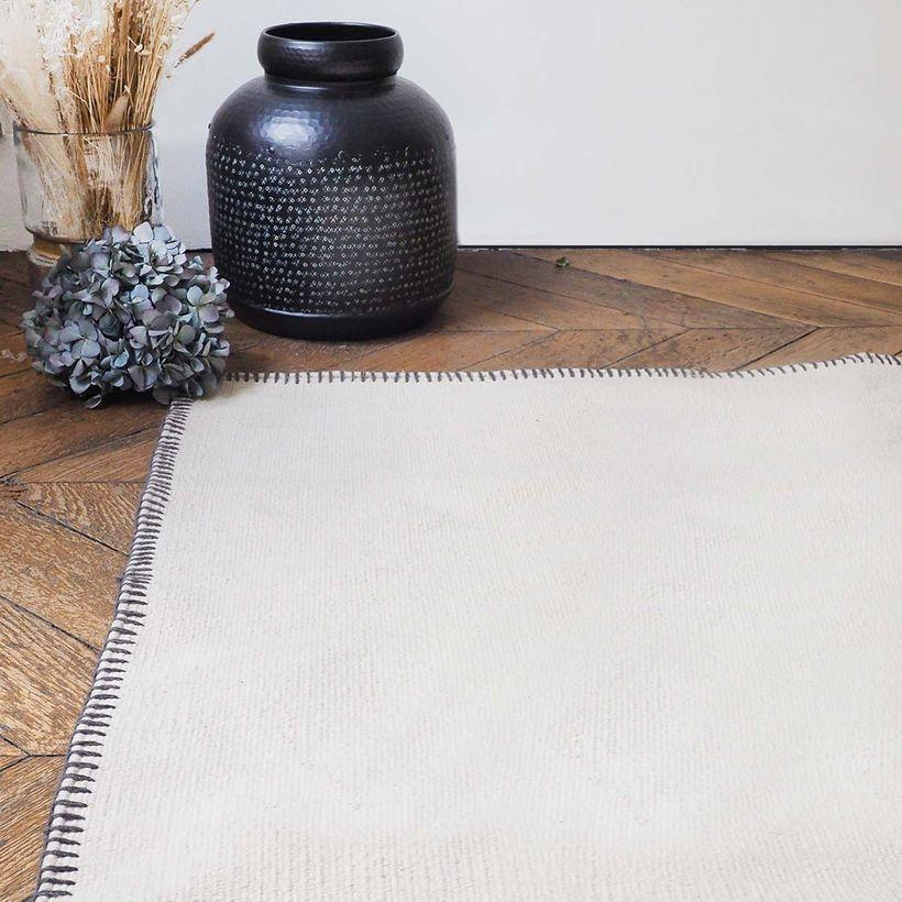 Tapis rectangulaire en coton tissé main écru surpiqûres grises