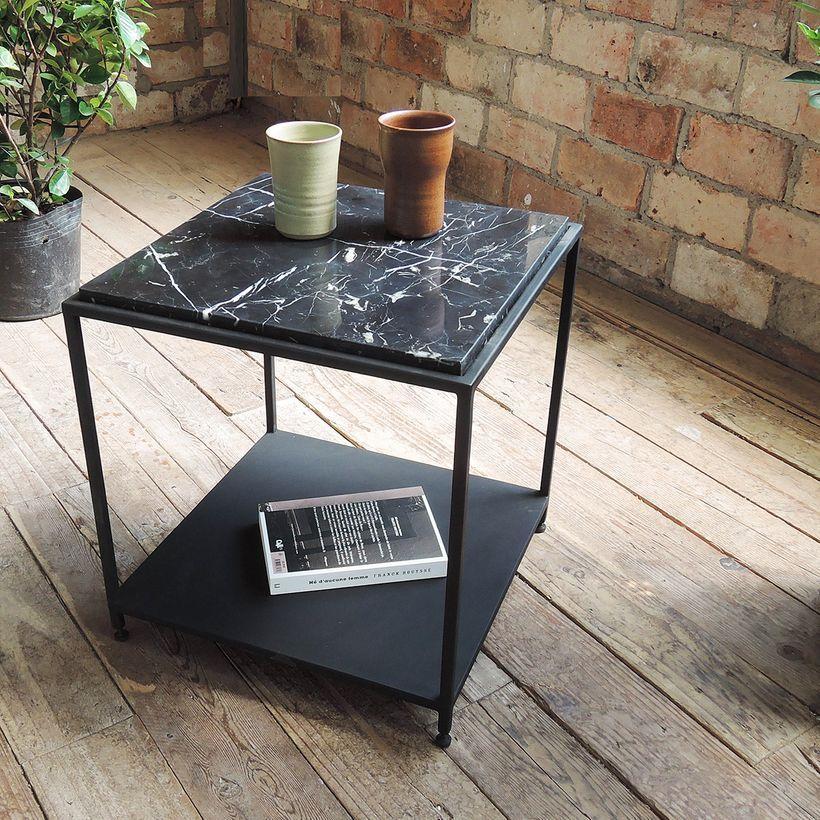 Bout de canapé carré en marbre noir italien et métal noir mat Vito